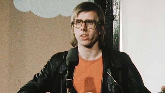 """Gerhard Gundermann war nicht nur Baggerfahrer. Er war auch Rockpoet und die """"Stimme des Ostens"""". Ein außergewöhnlicher Mensch mit einer außerordentlichen Biografie voller Ecken und Kanten."""