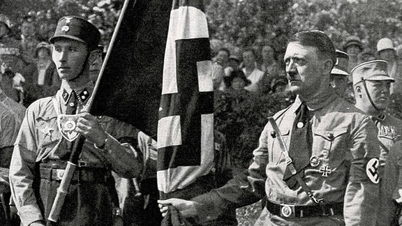 Adolf Hitler mit Blutfahne