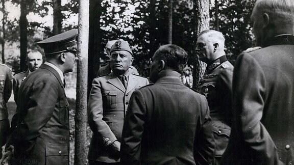 Hitler Mussolini und Keitel in der Wolfsschanze