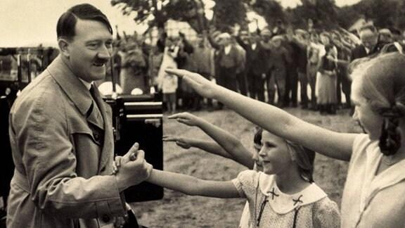 Junge Mädchen grüßen Adolf Hitler mit dem Hitlergruß.