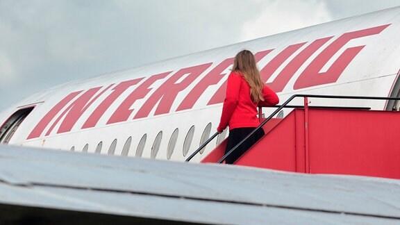 DDR Fluggesellschaft Interflug Frau steht auf Gangway an der Ilyushin IL 62