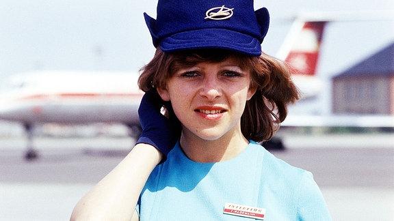 Stewardess Interflug, blau gekleidet