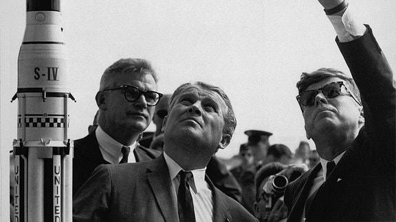 US-Präsident John F. Kennedy und Wernher von Braun 1963 in Cape Caneveral