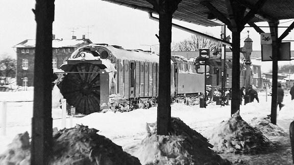 Eine Schneeschleuder steht auf einem Bahnsteig.
