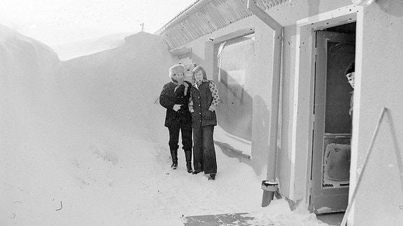 Zwei Frauen stehen vor hohen Schneebergen