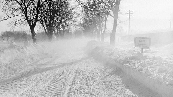 Eine schneebedeckte Straße.