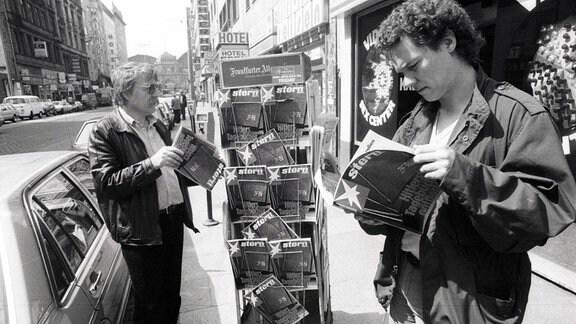 Leser blättern im Stern mit der Titelstory - Hitlers Tagebücher entdeckt - an einem Kiosk, 1983.