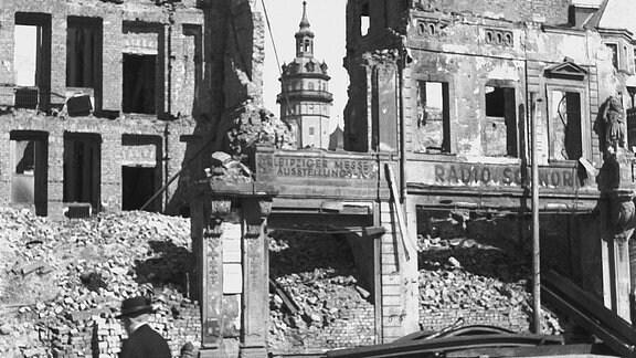 Ruine von Kochs Hof, im Hintergrund der Turm der Nikolaikirche, 1945