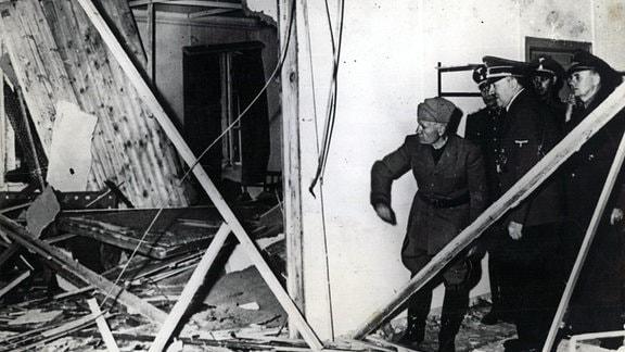 Hitler und Mussolini besichtigen Kartenraum der Lagebaracke in Wolfsschanze nach Anschlag 20. Juli 1944