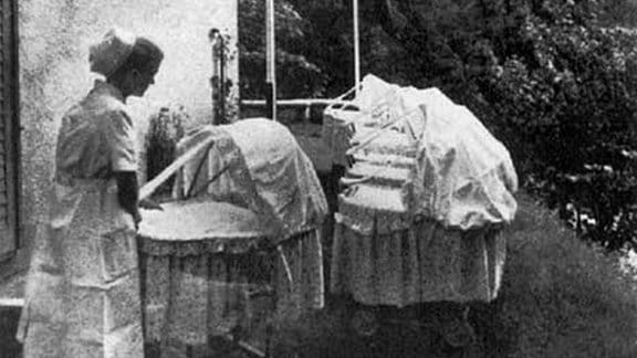 Schwester bei der Babybetreuung in einem Lebensborn, in der NS-Zeit.