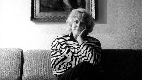 Leni Riefenstahl vor einem Porträt als Tänzerin