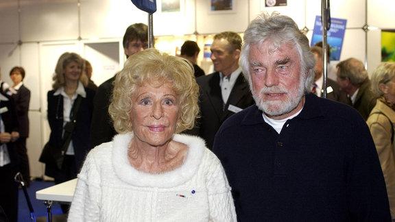 Filmregisseurin Leni Riefenstahl (GER) mit ihrem Tauchlehrer Günter Stolberg zu Gast auf der BOOT 2003 in Düsseldorf