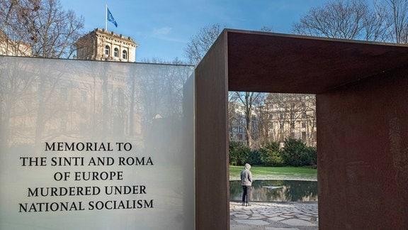 Mahnmal fuer die in der NS-Zeit ermordeten Sinti und Roma am Reichstag in Berlin