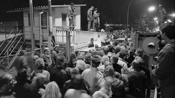 Mauerfall, Menschenmassen drängen über Grenzübergang Invalidenstraße in Berlin, 1989