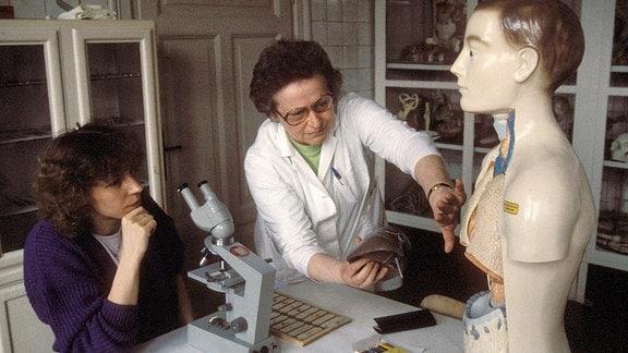 Ex-Sprinterin Marita Koch (DDR) lernt für ihr Medizinstudium