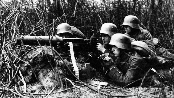 Deutscher MG-Trupp mit Maschinengewehr 08/15 an der Westfront 1917 Erster Weltkrieg