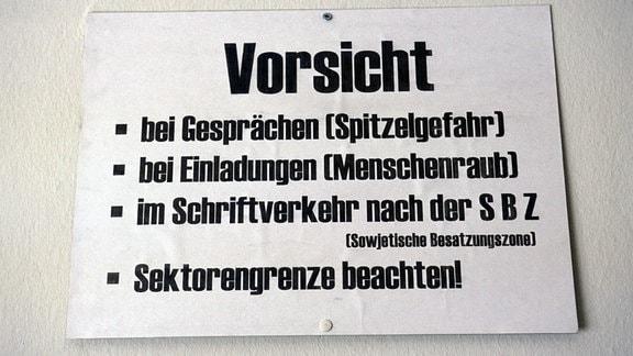 Historisches Hinweisschild mit Vorsichtsmaßnahmen in der Erinnerungsstätte Notaufnahmelager Marienfelde