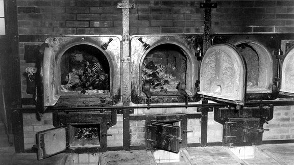 Aschekapseln, die 1997 bei Sanierungsarbeiten in der Gedenkstätte Buchenwald auf einem Dachboden gefunden wurde. Nach aus zu NS-Zeiten geltender Vorschrift wurden Einäscherungsmarken und Urnen auch an die Krematorien der KZs geliefert, dort aber nur in absoluten Ausnahmefällen (Anfrage durch Familienangehörige) und unter Verschleierung der Tatsache, dass sich in den Gefäßen nie (nur) die Asche des Gestorbenen befand, benutzt