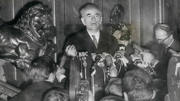 Albert Speer bei einer Pressekonferenz