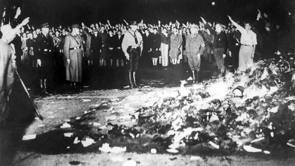 Nationalsozialisten verbrennen in Universitätsstädten Bücher