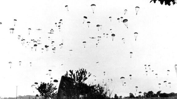 Deutsche Fallschirmjäger landen während der Invasion im Mai 1941 auf Kreta