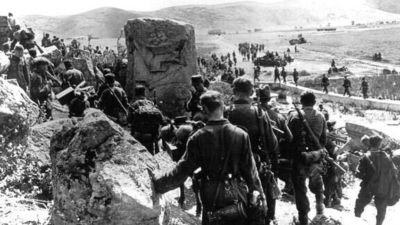 Deutsche Vorhut mit Panzerwagen und motorisierten Scharfschützen in Gebirge während des Griechenlandfeldzuges