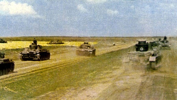 Deutsche Panzer rücken auf einem Feld in Richtung Russland vor. 2. Weltkrieg, 1941
