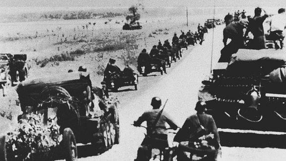 Deutsche Panzer und Kradschützen beim Vormarsch im Juni 1941