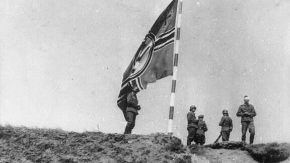 Deutsche Soldaten und Kriegsflagge nach Eroberung der Westerplatte