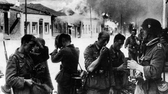 Deutsche Soldaten nach der Eroberung von Witebsk 1941