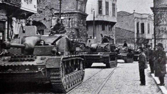 Deutsche Sturmgeschütze im April 1941 in Saloniki
