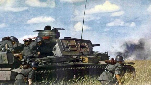 Deutscher Panzer und Infanterie im Gefecht, 1941