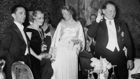 Joseph und Magda Göbbels mit Emmy und Hermann Göring bei einem Presseball 1939