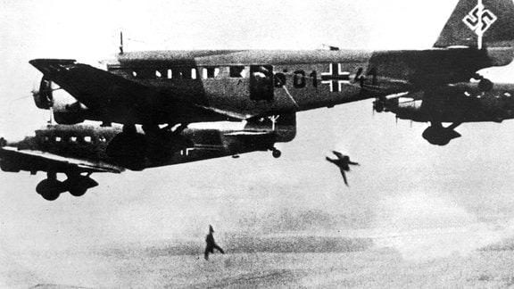 Fallschirmjäger springen aus Ju 52 ab