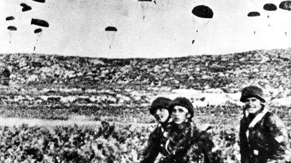 Fallschirme landen während des zweiten Weltkriegs.