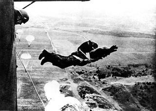 Десантник прыгает с транспортной машины Junkers Ju 52