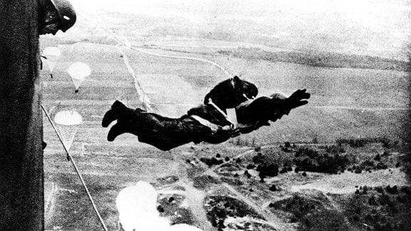 Fallschirmjäger springt aus Junkers Ju 52 Transportmaschine