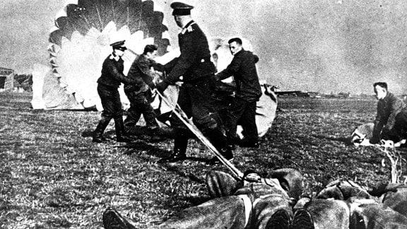 Fallschirmjäger-Schüler üben den Abwurf des Fallschirms bei Gegenwind