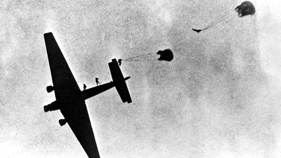 Fallschirmjäger bei Absprung aus Ju 52