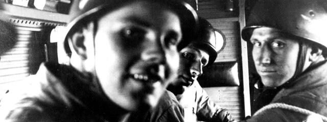 Парашютисты в полете на Крит в 1941 году.