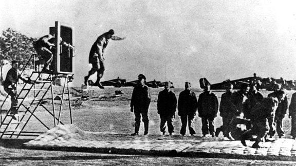 Fallschirmjäger auf Flugplatz beim Sprungtraining