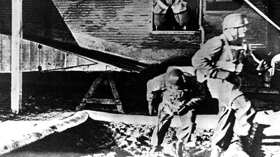 Fallschirmjäger trainieren Absprung aus Ju 52 in Sandkasten
