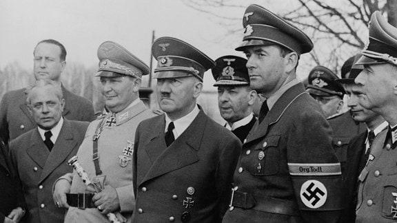Adolf Hitler zwischen Hermann Göring und Albert Speer