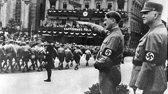 Adolf Hitler (2.v.r.) und der Reichsstadthalter von Leipzig, Martin Mutschmann (r), während eines Aufmarsches der SA (Sturmabteilung) im Jahr 1933.