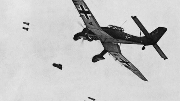 Sturzkampfbomber Stuka Junkers Ju87 beim Bomebabwurf