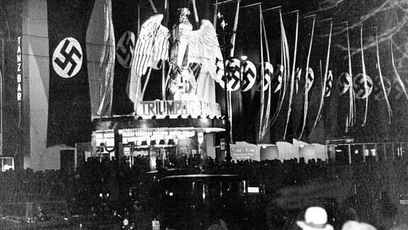 Blick auf den Ufa-Palast in Berlin während der Uraufführung des Leni Riefenstahl-Films 'Triumph des Willens', 1934