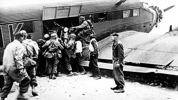 Fallschirmjäger laden Motorrad aus Ju 52