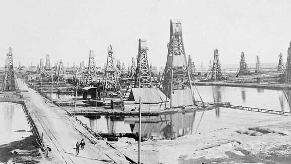 Eine Gesamtansicht eines riesigen Ölfeldes mit hoch aufragenden Bohrtürmen in Baku.