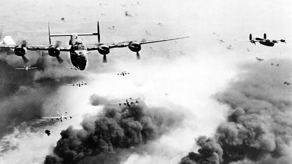 Angriff von B-24 Liberator Bombern auf eine Ölraffinerie in Ploesti Rumänien 1944