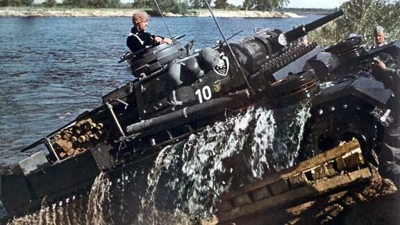 Deutscher Panzer III durchfährt in der Sowjetunion einen Fluss